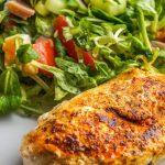 Hähnchenbrustfilet mit Salat